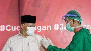Gubernur Rohidin saat di suntik pertama vaksin covid-19 pada Kamis(14/01/2021)