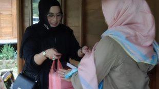 Artis Yanti Yasser memberikan donasi kepada korban banjir bandana Gunung Mas, Kabupaten Bogor, Jumat 22/1/2021 (dok. KM)