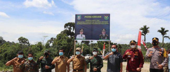 Gubernur Bengkulu saat foto bersama pada Karya Bakti TNI di Bengkulu Selatan, Senin (25 Januari 2021).