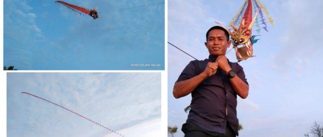 Salah seorang pengunjung yang bersua foto bersama layang-layang Naga Milik Ajis