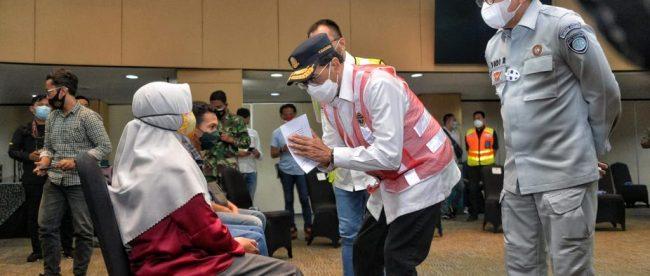 Menteri Perhubungan berbincang dengan salah satu keluarga korban Sriwijaya SJ 182 (dok. Kemenhub)