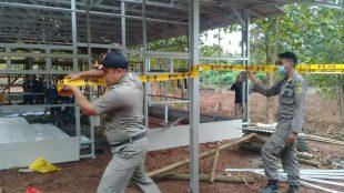 Satpol PP Kabupaten Bogor menyegel tempat budidaya jamur di Hutan Villa Jati, Desa Jagabaya, Parungpanjang, Selasa siang 5/1/2021 (Dok. Hari Setiawan Muhammad Yasin/KM)
