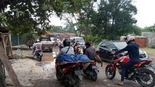 Ruas jalan kabupaten yang rusak di Desa Sukamulya, Pagaden, Subang (dok. KM)