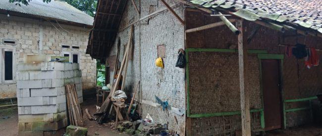 Rumah daei anyaman bambu tempat tinggal Atang dan keluarganya di Desa Cibalung, Kecamatan Cijeruk, Kabupaten Bogor (dok. KM)