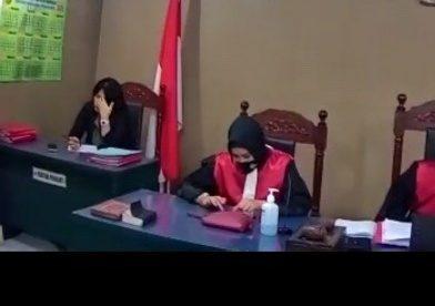 Salah satu Hakim saat persidangan terlihat sedang menggunakan HP di tengah persidangan, 11 Januari 2021 (dok. KM)