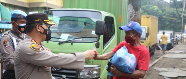 Kapolresta Bogor Kota saat membagikan masker di pasar tradisional, Senin 1/2/2021 (dok. KM)
