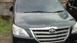 Kendaraan dinas milik Pemkab Bekasi terpakir di halaman gedung KPK (dok. KM)