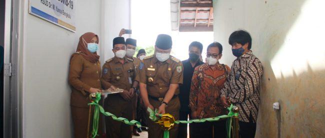 Gubernur Bengkulu Beserta Direktur RSUD M Yunus saat meresmikan Gedung Laboratorium PCR Covid-19 pada Senen,(08/02/2021).