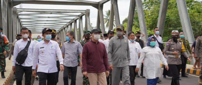 Gubernur Bengkulu Rohidin Mersyah, saat peninjauan jembatan, Rabu (10.02.2021).