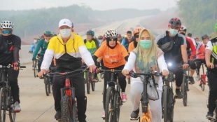 Gubernur Bengkulu Rohidin Mersyah beserta rombongan pantau progres pembangunan Jalan Tol Trans Sumatera Bengkulu- Curup- Lubuk Linggau, dengan cara Fun Bike bersama sepanjang 6 Km.
