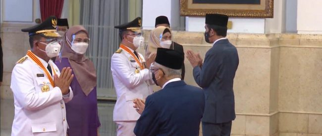 Gubernur Rohidin Mersyah dan Wakil Gubernur Rosjhonsyah saat menerima ucapan selamat ketika usai di lantik oleh Presiden Jokowi di Istana Negara pada Kamis,(25/02/2021).