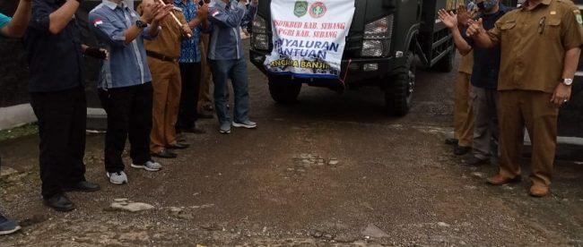 Kadisdikbud Subang Tatang Komara melepaskan bantuan untuk korban banjir pantura, Senin 15/2/2021 (dok. KM)