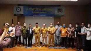 Gubernur Bengkulu foto bersama saat membuka kegiatan Uji Kompetensi Wartawan (UKW) Persatuan Wartawan Indonesia (PWI) angkatan ke-XIII di Hotel Mercure Selasa pagi (02/03/21)