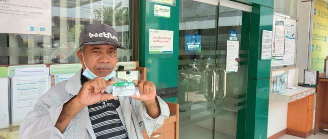 AM, warga Tanjungbalai penerima BPJS/KIS gratis yang dinonaktifkan di halaman kantor BPJS Kesehatan Tanjungbalai (dok. KM)