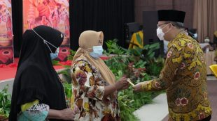 Gubernur Bengkulu saat memberikan Kartu Bengkulu Sejahtera secara simbolis kepada warga Provinsi Bengkulu pada Kamis,(11/03/2021)