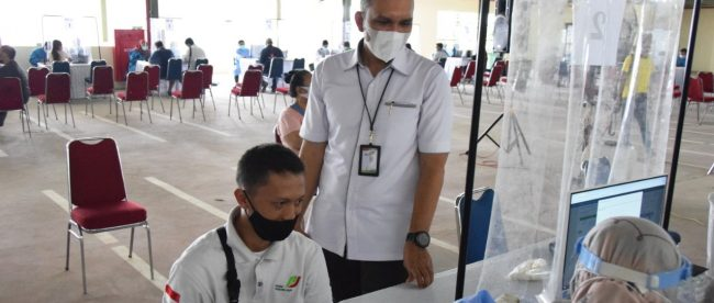 Dirut Perumda PPJ Muzakkir saat mendampingi vaksinasi pedagang pasar, Kamis 18/03/2021 (dok. KM)