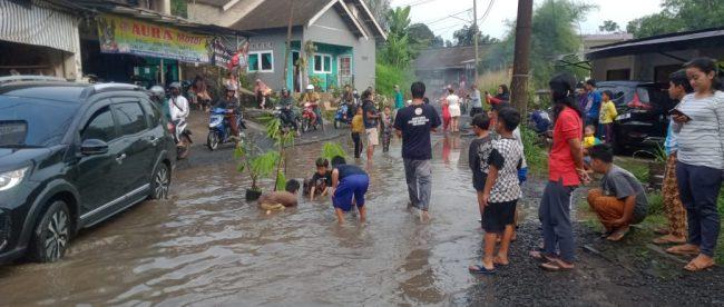 Jalan rusak penghubung Kecamatan Tamansari dengan Tenjolaya yang mengakibatkan banjir viral di medsos (dok. KM)
