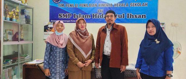 Kepala Sekolah SMP Islam Hidayatul Ihsan didampingi Tuti Alawiyah (tengah) dan guru kelas (dok. KM)