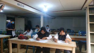 Foto: Warga Belajar sedang mengikuti UPK dengan tetap mematuhi Prokes