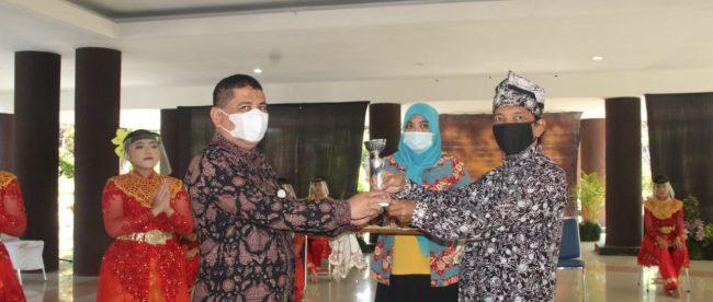 Penyerahan piala penghargaan lomba international festival dari Pjs. Pimpinan Anjungan Jambi, Deni Husni kepada Kepala Badan Penghubung Daerah Provinsi Jambi di Jakarta, Refli SH.