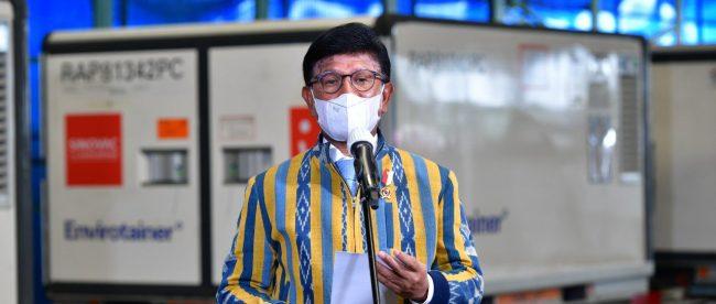 Menteri Komunikasi Dan Informatika, Johnny G. Plate mewakili Pemerintah Indonesia menyambut kedatangan 6 juta dosis vaksin di Bandara Soekarno Hatta, Banten, Jumat 30/4/2021 (dok. Humas Kemenkominfo)