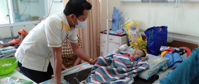 Wakil Ketua Komisi III DPRD Kabupaten Bogor Aan Triana Almuharom saat menjenguk anak penderita stunting di RSUD Leuwiliang (dok. KM)