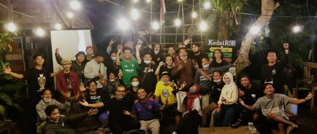 Komunitas Rumah Anak Bumi Parungpanjang menggelar acara nonton bareng film dokumenter di mabes Rumah Anak Bumi, Kamis malam 8 April 2021 (dok. Hari Setiawan Muhammad Yasin/ KM)