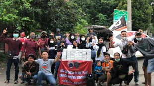 The Jakmania Border Line Kabupaten Bogor gelar acara bagi-bagi takjil, Sabtu sore 1/5/2021 (dok. Hari Setiawan Muhammad Yasin/KM)