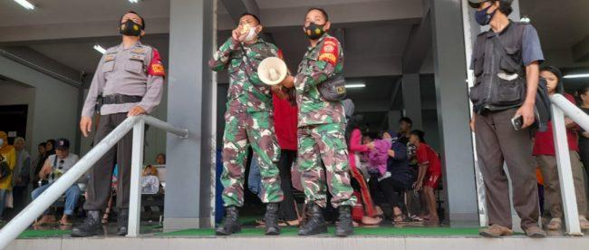 Subgar 0606 Kota Bogor dan Jajaran Muspika Kecamatan Bogor Timur saat menghimbau para pengunjung wisata SKI Bogor (dok.KM)