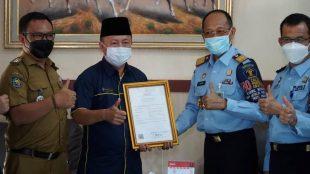 Kakanwil Kemenkumham Bengkulu menyerahkan sertifikat makanan tradisional pendap kepada Kepala Dinas Pariwisata Bengkulu Selatan,Yulian Fauzi. Senin, 21 Juni 2021. Foto/Dok