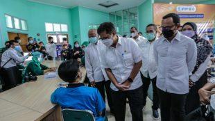 Menkes Budi Gunadi Sadikin didampingi Wali Kota Bogor Bima Arya meninjau vaksinasi penyandang disabilitas mental di Bogor (1/6/2021)