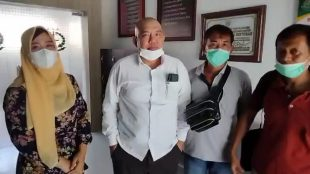 Ketua PSR Kaur Rita Maryani Spd bersama pelapor dan kuasa hukum usai bertemu dengan Kapolres Kaur pada Kamis,(03/06/2021).