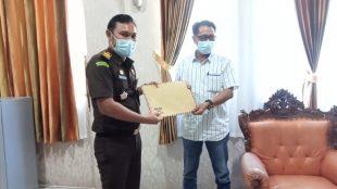 Ketua LSM TOPAN RI Bengkulu Selatan Oni Lufti saat menyerahkan laporan ke Kejari Manna Selasa,(29/06/2021).