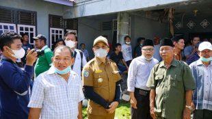 Bupati Bengkulu Selatan saat meninjau langsung lokasi Kebakaran di Tungkal Kecamatan Pino Raya Senen,(28/06).