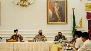 Gubernur Bengkulu Rohidin Mersyah bersama FORKOPIMDA melakukan rapat Evaluasi Pemberlakuan PPKM di Provinsi Bengkulu, di Balai Raya Semarak, Rabu(21/7).