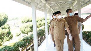 Gubernur Rohidin Mersyah saat meninjau ruang perawatan Covid-19 di RSJOK Soeprapto pada Selasa,27 juli 2021.