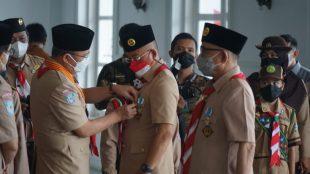 Bupati Bengkulu Selatan saat menerima lencana Dharma Bakti Pramuka pada Sabtu,(14/08/2021) di Balai Semarak Bengkulu