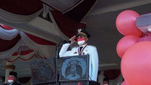 Bupati Bengkulu Selatan Gusnan Mulyadi SE MM saat menjadi inspektur upacara pada peringatan HUT Kemerdekaan RI ke 76 di Balai Sekundang Selasa,(17/08/2021).