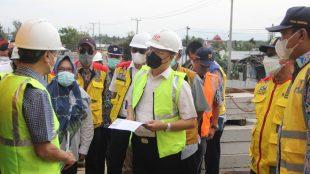 Gubernur Bengkulu Rohidin Mersyah saat meninjau progres Pembangunan Duplikasi Jembatan Pulau Baai 2 Tahun 2021, Rabu (25/08).
