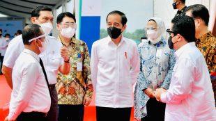 Presiden Joko Widodo saat melakukan groundbreaking pabrik industri kendaraan listrik PT HKML Battery Indonesia di Kompleks Karawang New Industrial City, Kabupaten Karawang, Jawa Barat, pada Rabu, 15 September 2021.