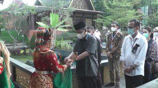 Wakil Gubernur Jambi saat meninjau Anjungan Jambi di TMII Jakarta. (dok. KM)